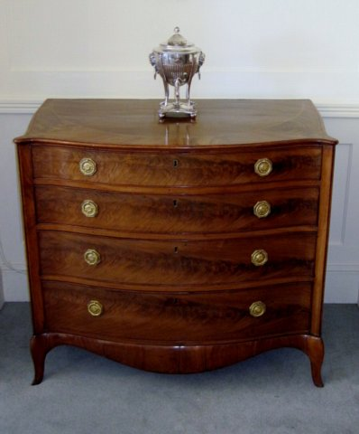 A FINE GEORGE III HEPPLEWHITE MAHOGANY SERPENTINE COMMODE. CIRCA1780. - Click to enlarge and for full details.
