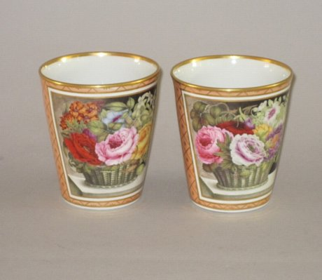 A RARE PAIR OF EARLY FLIGHT & BARR WORCESTER PORCELAIN BEAKERS, CIRCA 1792-1804. - Click to enlarge and for full details.